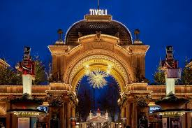 Tivolis indgang om aftenen
