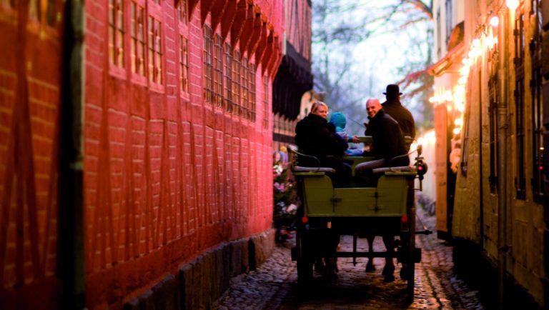 Stemningsbillede fra H.C.Andersen julemarked i Odense. Hestevognskørsel