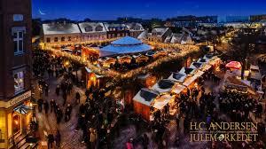 Luftfoto af H.C. Andersen julemarked i Odense. Taget om aftenen så lys og julestemningen træder ekstra frem